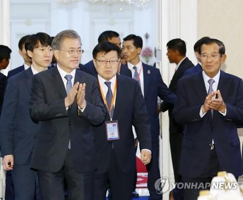 文在寅(左一)出席韩柬商务论坛(韩联社)