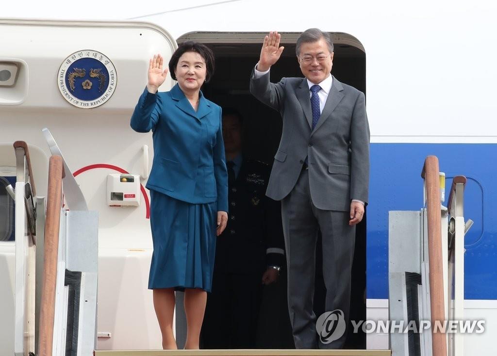 文在寅(右)和夫人金正淑(韩联社)