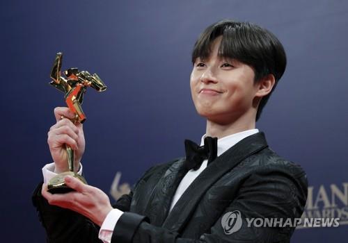 第13届亚洲电影大奖于17日晚在香港举行,韩国演员朴叙俊获AFA飞跃新星奖。(韩联社/美联社)