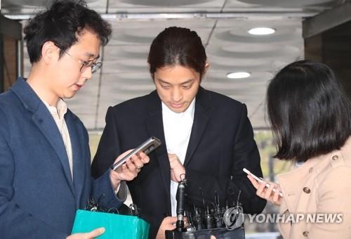 涉黄艺人郑俊英到庭接受逮捕必要性审查
