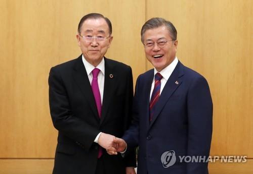 3月21日,韩国总统文在寅(右)和联合国前秘书长潘基文在青瓦台会晤。(韩联社)