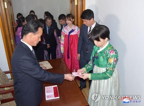 资料图片:朝鲜居民参加最高人民会议代议员选举投票活动。图片仅限韩国国内使用,严禁转载复制。(韩联社/朝中社)