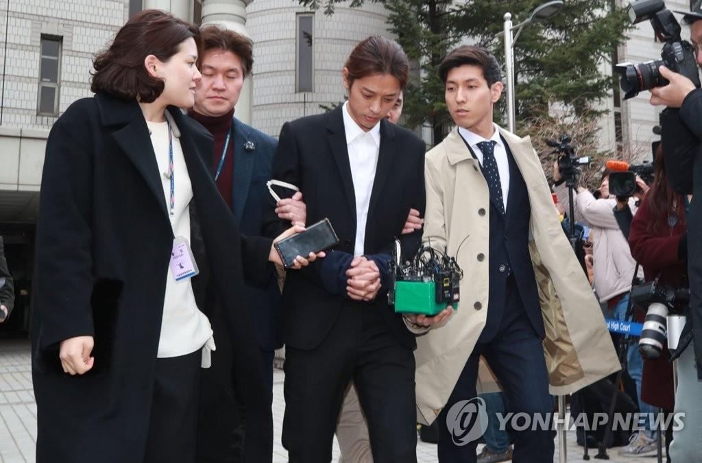 3月21日,在首尔中央地方法院,郑俊英接受逮捕必要性审查后走出法庭。(韩联社)