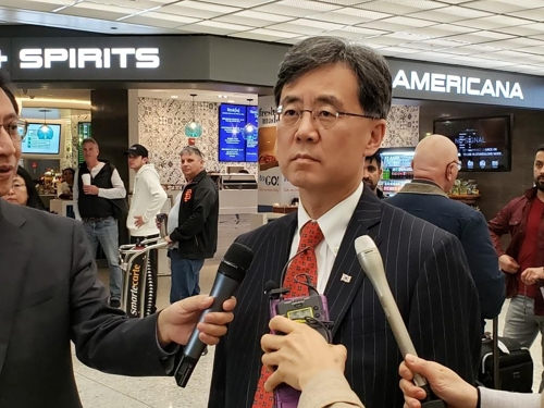 當地時間3月30日,在華盛頓杜勒斯國際機場,金鉉宗接受采訪。(韓聯社)