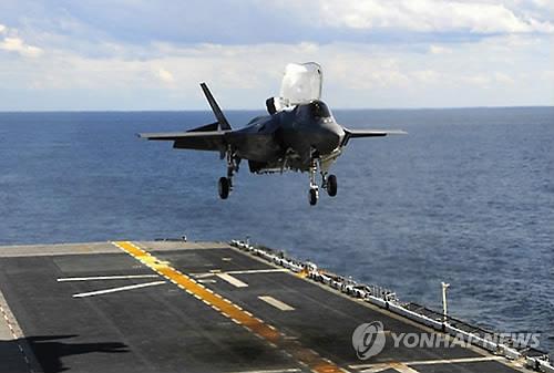 资料图片:正在胡蜂航母上降落的F-35B隐形战机(韩联社)