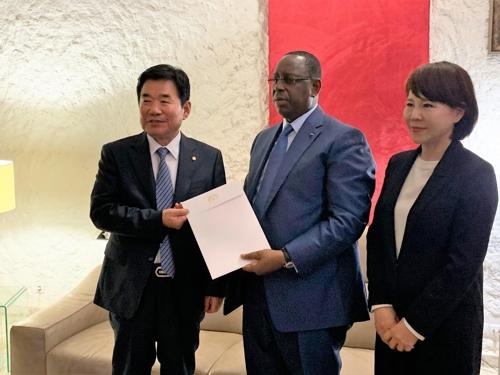 韩总统特使团出席塞内加尔总统就职仪式