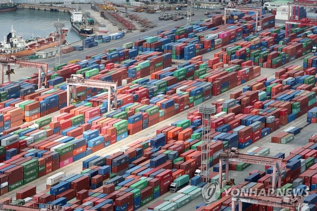 资料图片:釜山港积满货物。(韩联社)