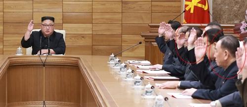 资料图片:4月9日,在平壤,金正恩主持召开朝鲜政治局扩大会议。金英哲出席会议并坐在金正恩左手边第六的位置。图片仅限韩国国内使用,严禁转载复制。(韩联社/朝中社)