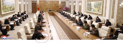 资料图片:金与正(左一画圆圈的人物)出席朝鲜政治局扩大会议。图片仅限韩国国内使用,严禁转载复制。(韩联社/朝中社)
