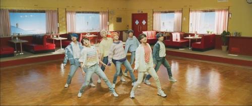 BTS《Boy With Love》预告视频截图(Big Hit娱乐供图)
