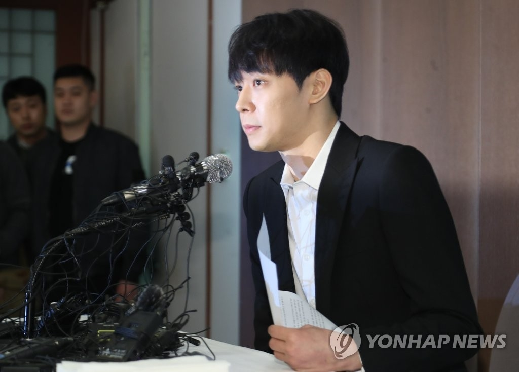4月10日下午,韩国歌手兼演员朴有天在位于首尔中区的韩国新闻中心召开记者会。(韩联社)
