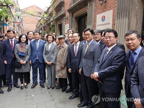 韩国政府和国会代表团在沪访问大韩民国临时政府旧址。(韩联社)