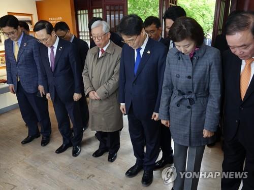 代表团在尹奉吉纪念馆默哀致敬。(韩联社)