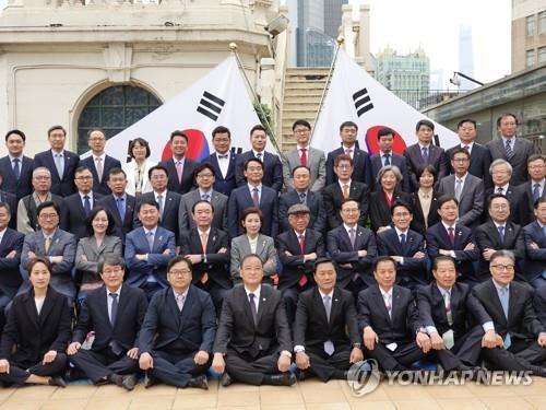 """韩国政府和国会代表团在""""大同旅馆""""旧址(今永安百货)楼顶合影留念。(韩联社)"""