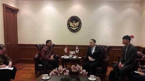资料图片:王净弘(右二)和维兰多(左二)举行会谈。(韩联社/防卫厅供图)