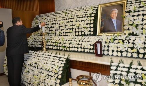 资料图片:4月12日,韩进集团会长赵亮镐灵堂设在首尔延世大学医疗院殡仪馆。出殡仪式将于16日举行。(韩联社/韩进集团供图)