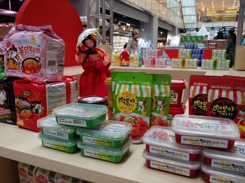 盒马鲜生柜台陈列的韩国食品(韩联社/农林畜产食品部供图)
