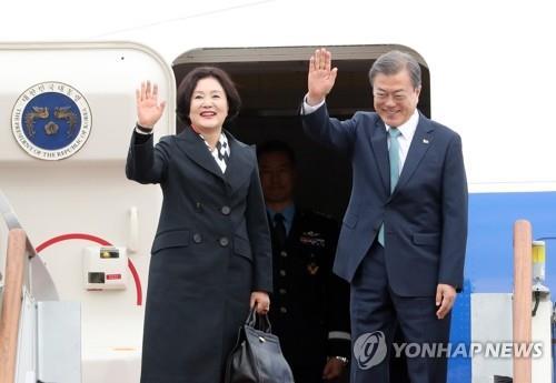 资料图片:韩国总统文在寅与夫人金正淑(韩联社)