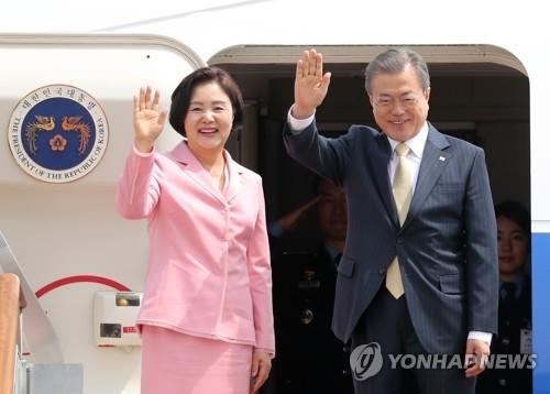 资料图片:韩国总统文在寅(右)和夫人金正淑(韩联社)