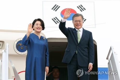 资料图片:韩国总统文在寅和夫人金正淑(韩联社)
