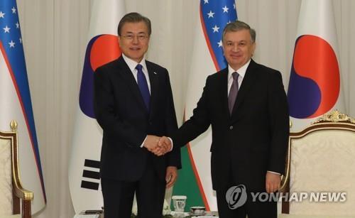 文在寅同乌兹别克斯坦总统米尔济约耶夫举行会谈