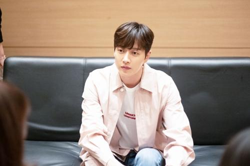 4月21日,朴海镇在首尔接受韩联社记者专访,畅谈他的新剧和生活。(韩联社/经纪公司Mountain Movement供图)