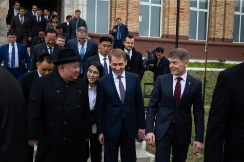 资料图片:金正恩(左一)与俄方欢迎人员交谈,右一为滨海边疆区区长科热米亚科,站在两人中间的是远东与北极发展部部长科兹洛夫。(俄滨海边疆区官网)