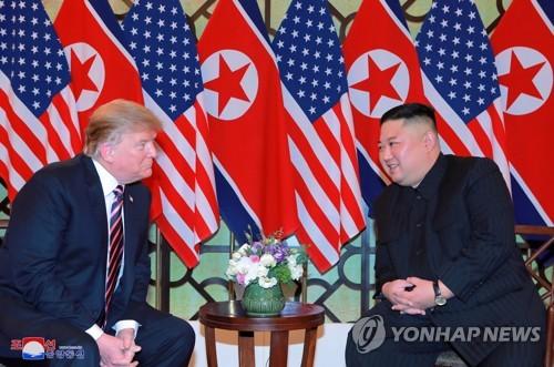 资料图片:据朝中社2月27日报道,28日金正恩(右)和特朗普在越南举行会晤。图片仅限韩国国内使用,严禁转载复制。(韩联社/朝中社)