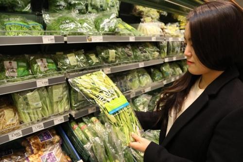 资料图片:顾客在挑选空心菜。(韩联社/易买得供图)