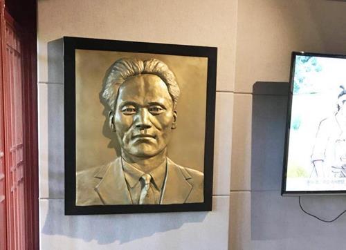 资料图片:挂在上海尹奉吉纪念馆的尹奉吉浮雕作品(徐坰德Instagram图片)