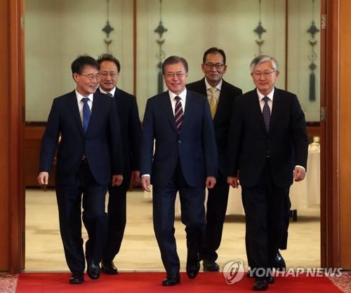 文在寅向新任韩驻外大使颁发任命书