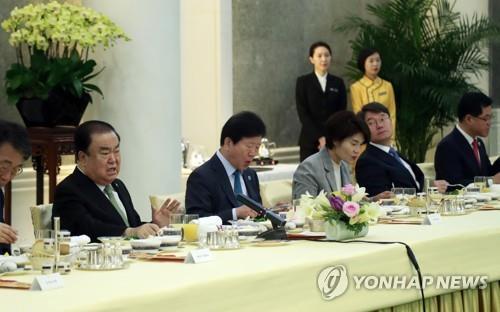 5月8日,在钓鱼台,文喜相(左二)与韩媒驻京记者座谈。(韩联社)