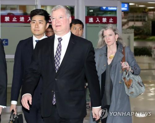 资料图片:5月8日,美国国务院对朝政策特别代表斯蒂芬·比根抵达首尔金浦机场,开始对韩国的访问。(韩联社)