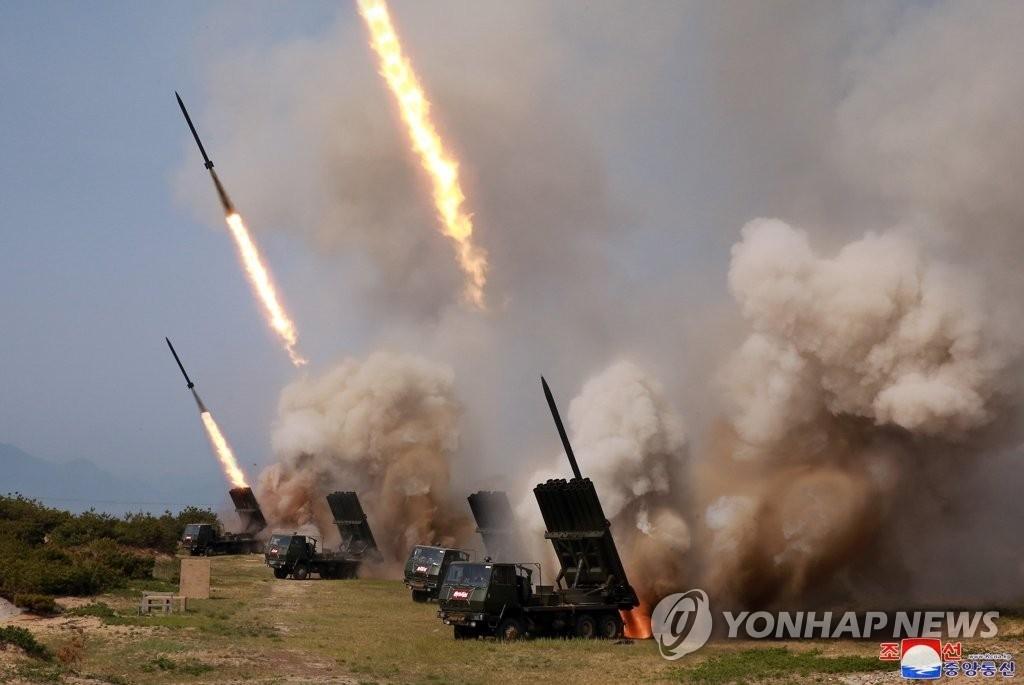 资料图片:这是朝鲜火力打击训练现场照。朝中社5月5日报道称,朝军4日在东部地区动员大口径火箭炮和战术制导武器实施火力打击训练。图片仅限韩国国内使用,严禁转载复制。(韩联社/朝中社)