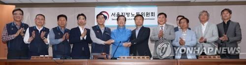 资料图片:5月15日,首尔市公交工会和运输事业合作社(资方)达成劳资协议后与首尔市长朴元淳(蓝衣)合影。(韩联社)
