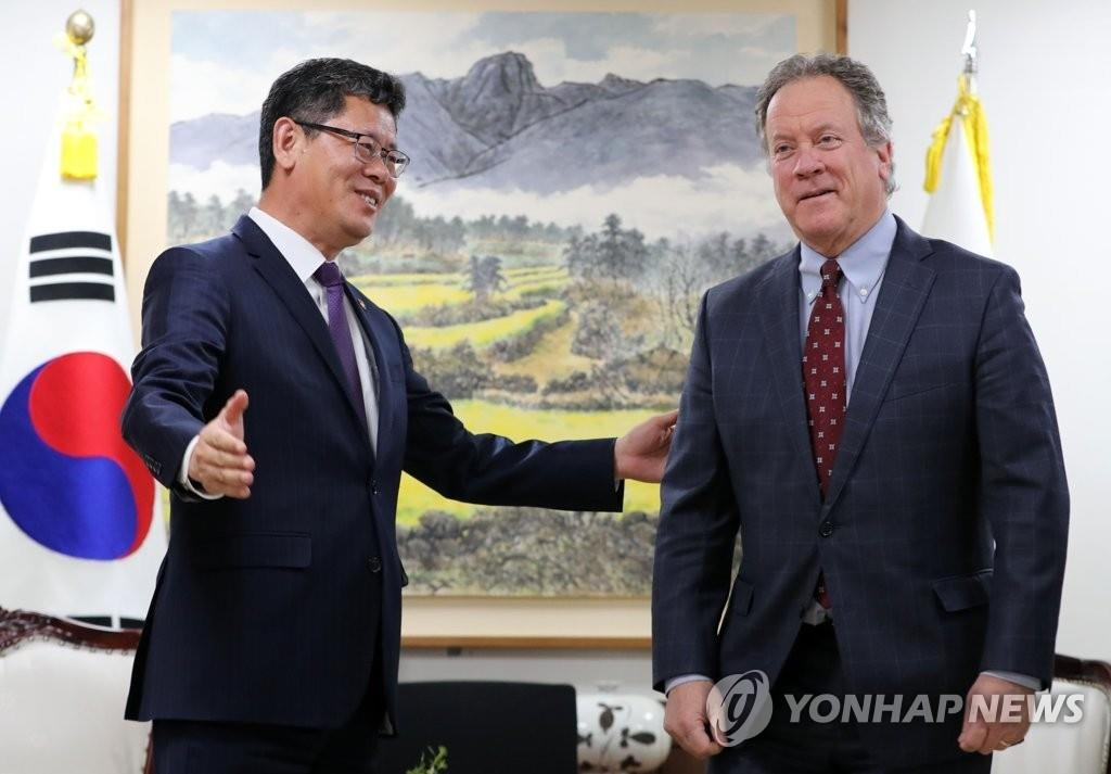资料图片:5月13日,在韩国中央政府首尔办公楼,金炼铁(左)和比斯利会面。(韩联社)