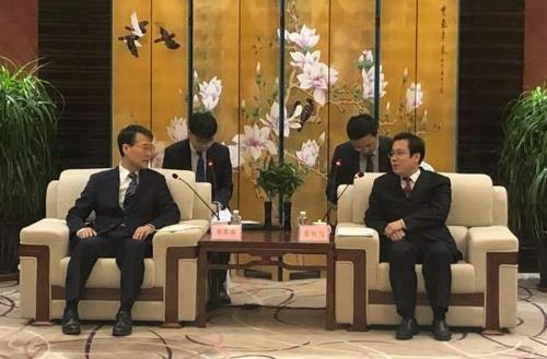 张夏成(左)与姜有为(韩国驻华大使馆供图)