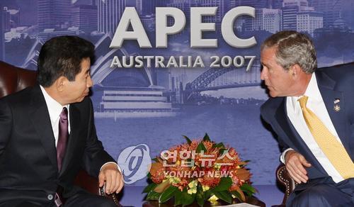 资料图片:2007年9月7日,在澳大利亚悉尼,出席亚太经合组织(APEC)第十五次领导人非正式会议的韩国总统卢武铉(左)与美国总统小布什举行会谈。(韩联社)