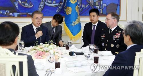 5月21日中午,在青瓦台,韩国总统文在寅(左二)邀请韩美军方指挥官共进午餐。(韩联社)