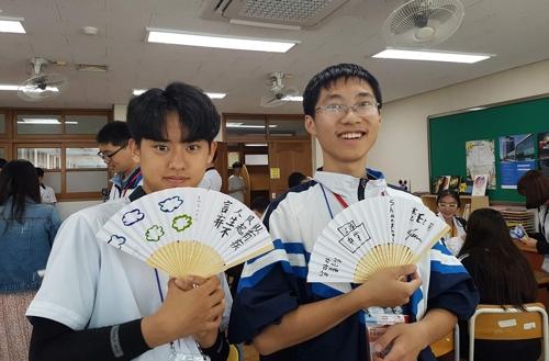 上海高中生在天安双龙高中体验韩国学校生活。(韩联社/忠南教育厅供图)