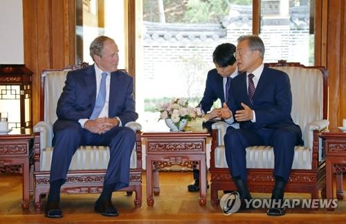 5月23日上午,在青瓦台,文在寅(右)与到访的美国前总统小布什交谈。(韩联社)