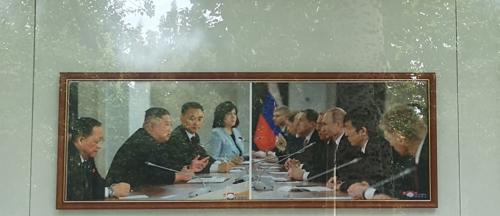 朝驻华使馆宣传栏只现金普会照片引关注
