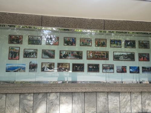 资料图片:朝鲜驻华使馆宣传栏贴满金普会照片。(韩联社)