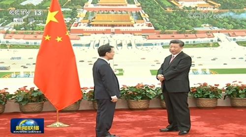 资料图片:韩国新任驻华大使张夏成(左)与中国国家主席习近平(CCTV截图)