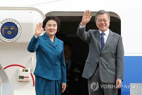 资料图片:韩国总统文在寅(右)与第一夫人金正淑女士(韩联社)