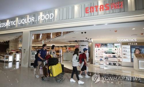 资料图片:仁川国际机场进境免税店(韩联社)