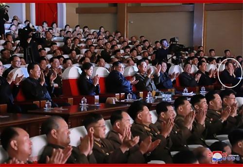 朝鲜劳动党副委员长金英哲(白圈标记)参观军属艺术演出。图片仅限韩国国内使用,严禁转载复制。(韩联社/朝中社)