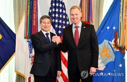 资料图片:韩国国防部长官郑景斗(左)和美国国防部代理部长沙纳汉(国防部供图)