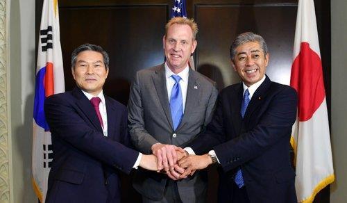 资料图片:韩国国防部长官郑景斗(左起)、美国国防部代理部长沙纳汉、日本防长岩屋毅(国防部供图)