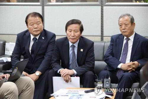 6月3日,在韩国中央政府首尔办公楼,开城工业园区入驻韩企非常对策委员会共同委员长申汉龙(左一)、郑基燮(音,中)与记者座谈。(韩联社)